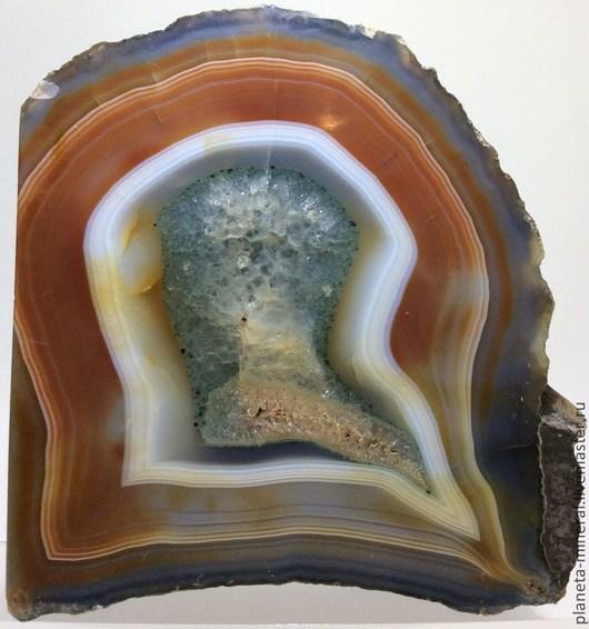 Красивый срез агата с кристаллами кварца. Такой коллекционный камень удивит любого ценителя камней и минералов и просто человека, любящего и ценящего прекрасные вещи. Причудливые вкрапления кристаллов кварца придают данному изделию из натурального камня по истине магическую, даже мистическую ауру.