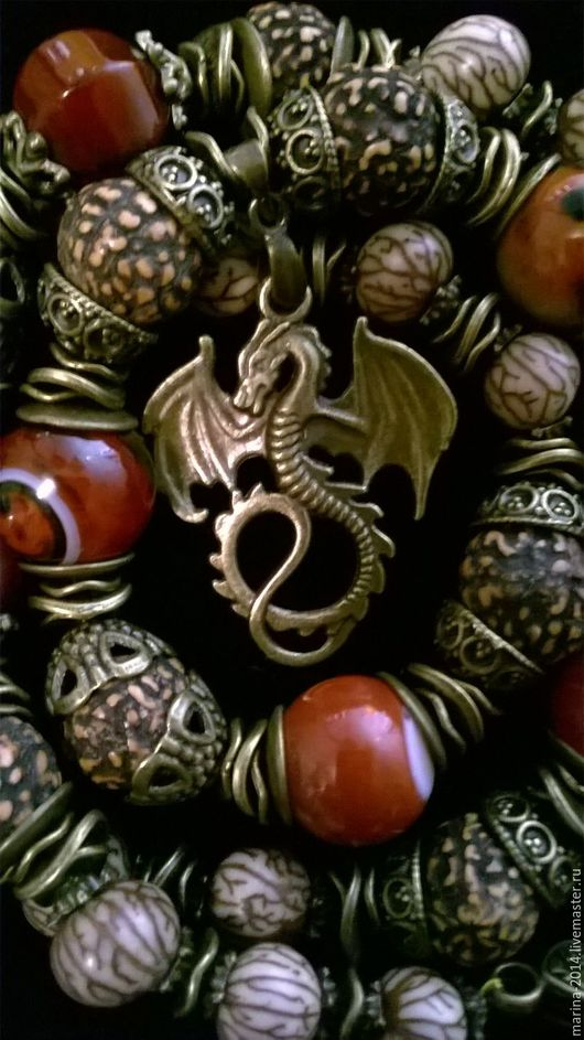 Крупные стильные украшения из семян экзотических деревьев и терракотового сардоникса с бронзовой фурнитурой: колье с подвеской, браслет и длинные серьги.