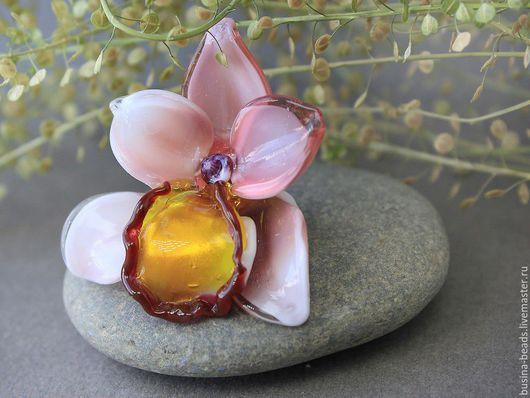 Бусина цветок лэмпворк Орхидея пыльная роза (фаленопсис) Бусина стеклянная, ручной работы в технике лэмпворк, орхидея для использования в колье, подвеске, браслете.  Шикарный 3D цветок орхидеи