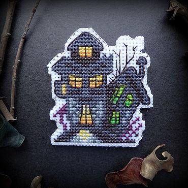 """Сувениры и подарки ручной работы. Ярмарка Мастеров - ручная работа Вышитый магнит на Хеллоуин """"Замок"""". Handmade."""