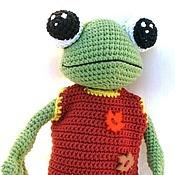 Куклы и игрушки ручной работы. Ярмарка Мастеров - ручная работа Вязаный лягушонок в комбинезоне. Handmade.