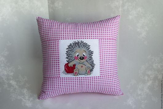 Текстиль, ковры ручной работы. Ярмарка Мастеров - ручная работа. Купить Розовая подушка с вышивкой ёжик.. Handmade. Розовый, вышивка