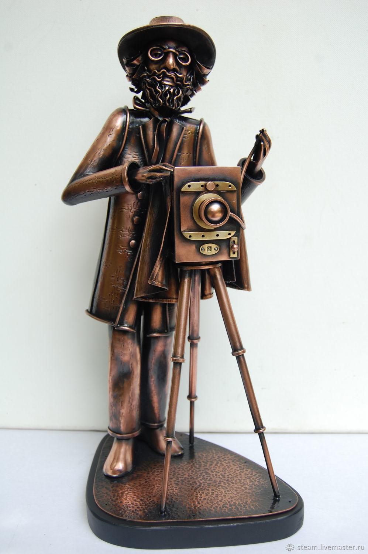 https://cs2.livemaster.ru/storage/32/63/d9e172edbc7244e7588701c6c7yj--dlya-doma-i-interera-skulptura-staryj-fotograf.jpg