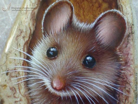 Кулон `Крысик`. Милый маленький Крысик на кремне - не улыбнуться просто невозможно! В подвесе дерево и латунь.