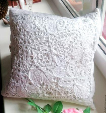 Чехол на декоративную подушку на молнии, что удобно для стирки. Одна сторона чехла выполнена в технике ирландского кружева, вторая вязаное крючком полотно. Цвет белый с серебристым   подойдёт под любо