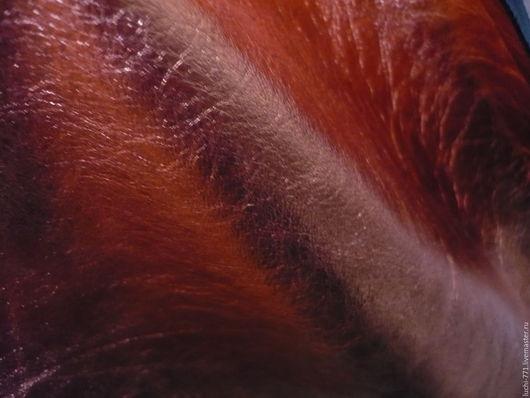Кожа натуральная(Италия). Толщина 0,8мм.Оранжево-медного цвета . Плотность средняя.имеет пластичность.Декоративная.Покрытие лицевой части качественное,без повреждений.Рыжего цвета Больше!