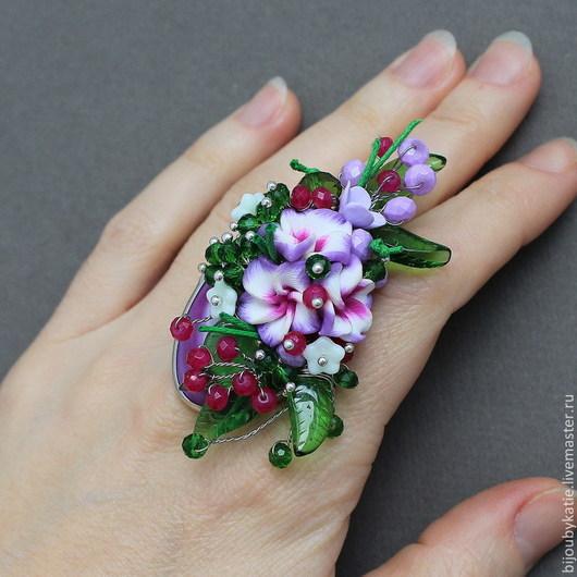 Кольцо перстень с кабошоном из агата малинового цвета и букетом ярких сиреневых  цветов из полимерной глины FOAM