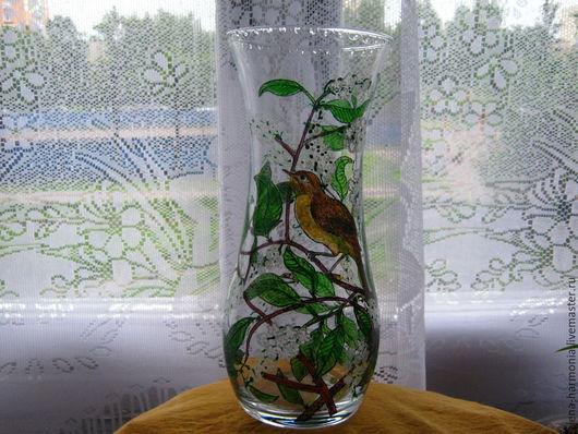 Ваза ручной росписи `Соловей` хорошо смотрится на фоне окна. Можно заказать роспись вазы в подобном стиле http://www.livemaster.ru/elena-harmonia
