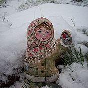 Подарки к праздникам ручной работы. Ярмарка Мастеров - ручная работа Девочка и снегирь....Кофейная ёлочная игрушка. Роспись.. Handmade.