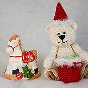 Куклы и игрушки ручной работы. Ярмарка Мастеров - ручная работа Вязаный медведь в колпачке и с подарками. Уже усыновлен.. Handmade.