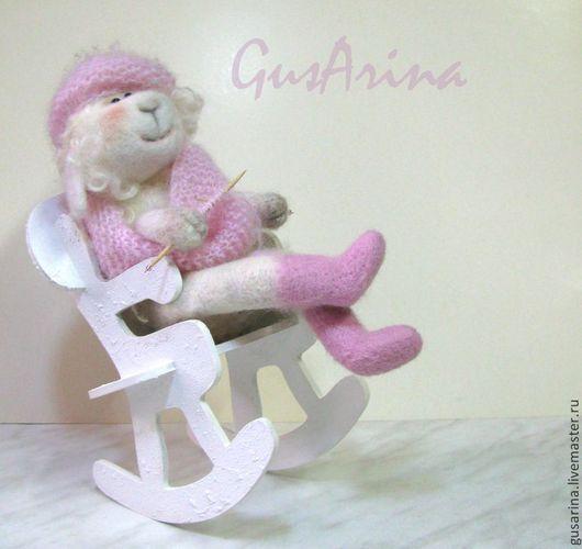 Овечка на кресле-качалке  Интерьерная игрушка