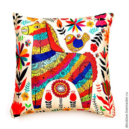 Красивая подушка с ярким принтом - радужной  лошадкой
