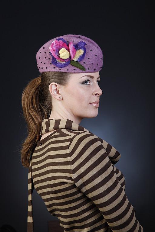 Головной убор выполнен из 100% шерсти в технике `мокрого валяния`. Шляпки выполненные в этой технике мягкие, уютные, хорошо держат форму без пропитки и не боятся сминания. Такой головной убор можно сп
