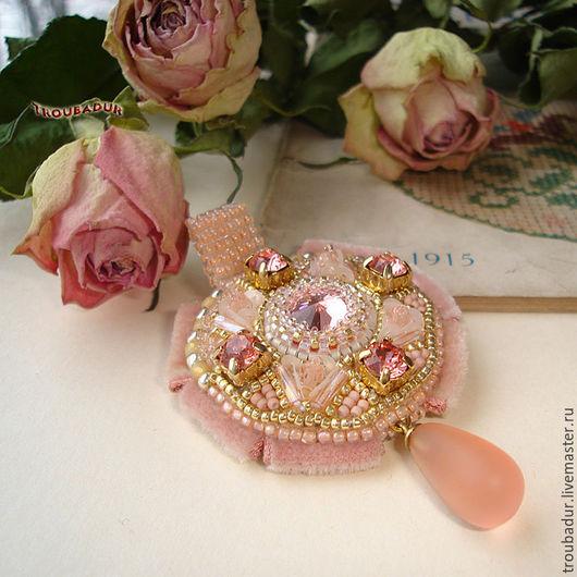 """Броши ручной работы. Ярмарка Мастеров - ручная работа. Купить """"Mademoiselle Mimi"""" - Брошь-кулон от Troubadur. Handmade. Бледно-розовый"""