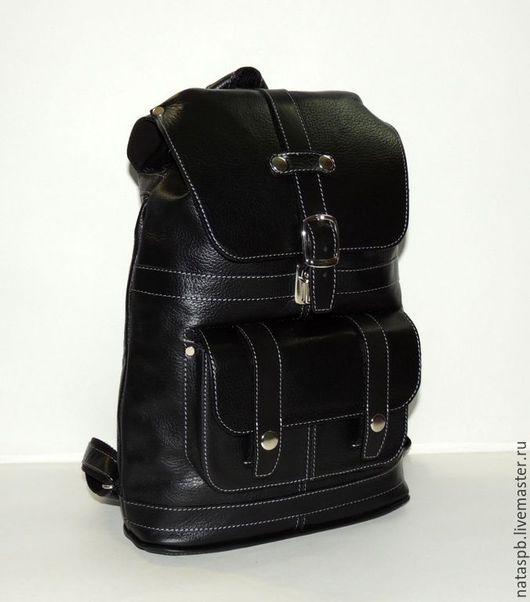 Практичный, функциональный рюкзак, учитывающий все особенности рюкзака для города. Сшит из плотной, мягкой черной кожи. Такая кожа долго носится и приятна на ощупь.