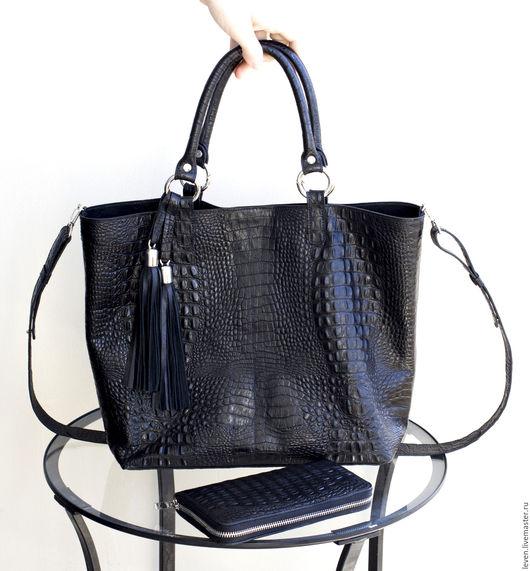 Женские сумки ручной работы. Ярмарка Мастеров - ручная работа. Купить Объемная сумка мягкая из кожи под крокодила, плечевой ремень, кисточки. Handmade.