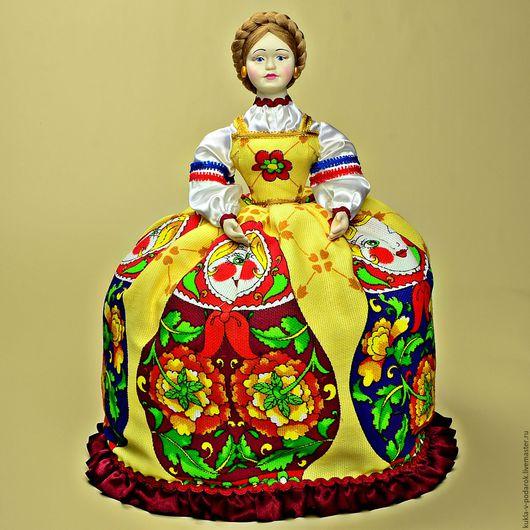 Лучший подарок - хорошая кукла на чайник.Отличный подарок женщине. Кукла ручной работы от мастерской `Кукла в Подарок`. Место изготовления - Москва. Доставка Почтой России в регионы и другие страны.