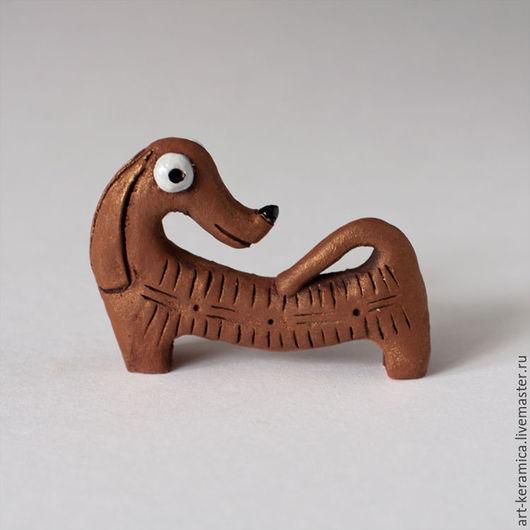 Миниатюрные модели ручной работы. Ярмарка Мастеров - ручная работа. Купить Такса керамическая Дэнни. Фигурка таксы, коричневая такса. Handmade.