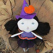 Подарки к праздникам ручной работы. Ярмарка Мастеров - ручная работа Кукла текстильная маленькая ведьмочка с тыквой (Тильда). Handmade.