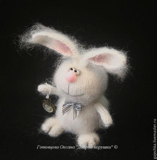 Белый кролик из книги Льюиса Кэрролла `Приключения Алисы в Стране Чудес`