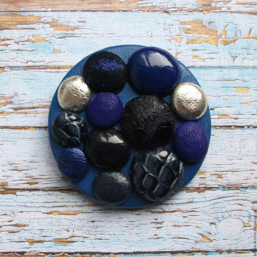 Синяя кожаная брошь (брошь из кожи) с объёмной аппликацией - имитацией камней и бесплатной почтовой отправкой.