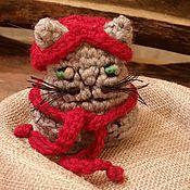 Куклы и игрушки ручной работы. Ярмарка Мастеров - ручная работа Котик вязаный малый в шапочке и шарфике. Handmade.
