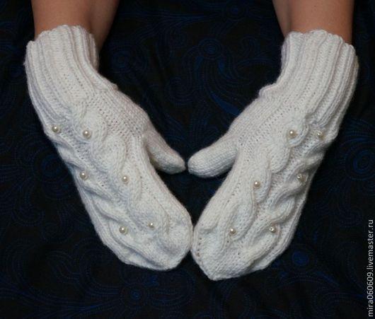 Варежки, митенки, перчатки ручной работы. Ярмарка Мастеров - ручная работа. Купить Вязаные рукавички  узором из кос. Handmade. Белый