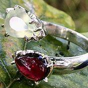 Кольца ручной работы. Ярмарка Мастеров - ручная работа Кольцо с гранатом и пренитом серебро Поцелуй. Handmade.