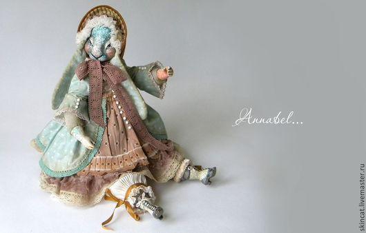 Самостоятельно куколка не стоит, но прекрасно и уверенно сидит