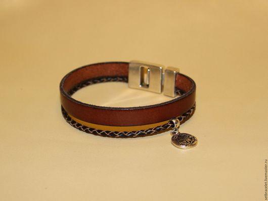Украшения для мужчин, ручной работы. Ярмарка Мастеров - ручная работа. Купить Мужской кожаный браслет из кожи коричневой подвеска монета. Handmade.