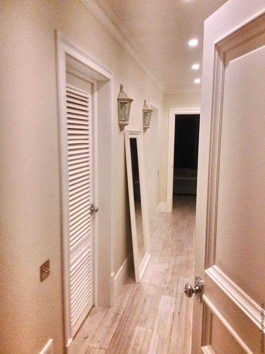дверь из дерева под эмалью выполнена на заказ,  мебель из дерева на заказ, шкафы на заказ, воздушный интерьер холла - прихожей