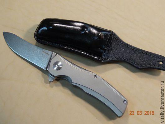 Чехол формованный для складного ножа.  Расположение на ремне горизонтальное. Изготовлен из натуральной кожи, прошит вручную. По возникшим вопросам звоните: +7(926)842-84-84 Виталий