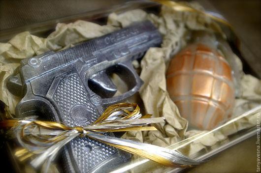 В коробке с бумагой тишью защитного цвета. По Вашему пожеланию можно оформить с серой или золотой бумагой.