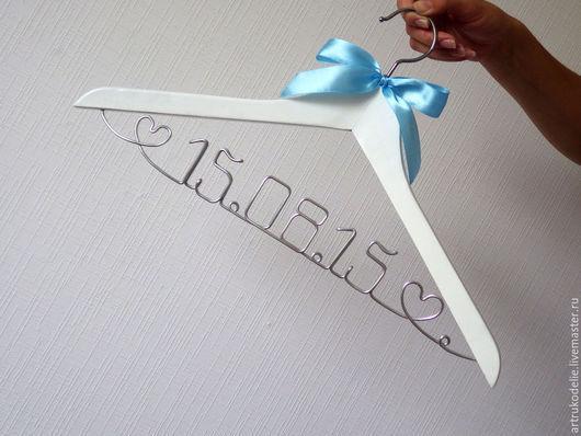 Вешалка плечики с датой для свадебной фотосессии. Свадебные вешалки плечики эксклюзивный подарок для молодоженов.  Подарок на день рождения или юбилей.Дизайнер Чернобров Елена