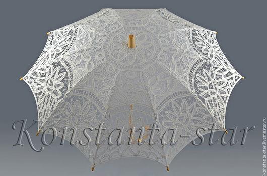 Свадебный зонт из венецианского хлопкового кружева Размер: диаметр купола 90 см  Свадебный зонт из венецианского хлопкового кружева  молочного цвета. Стоимость проката 800 руб. Залог 2200 руб