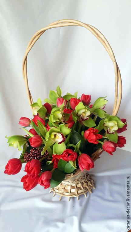 Яркая и шикарная корзина цветов - прекрасный подарок к любому поводу и без! Огненные тюльпаны, сочные цимбидиумы и оригинальная скиммия создают неповторимый цветочный ансамбль! 60 см в высоту, 40 в д