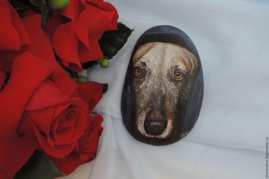 Роспись по камню ручной работы. Ярмарка Мастеров - ручная работа. Купить Собака Ночка, роспись по камню. Handmade. Комбинированный, на черном