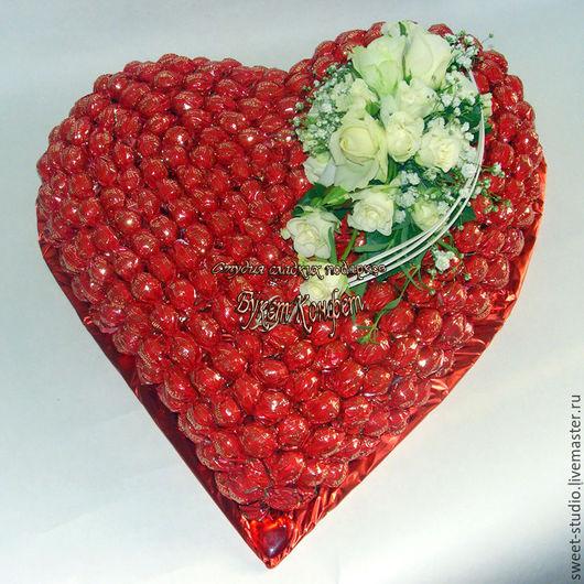 Сердце из конфет и живых цветов. Купить сердце из конфет. Букет конфет купить в Москве.