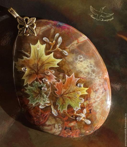 """Кулоны, подвески ручной работы. Ярмарка Мастеров - ручная работа. Купить Кулон с росписью на камне """"Теплая осень"""" листья клена миниатюра. Handmade."""