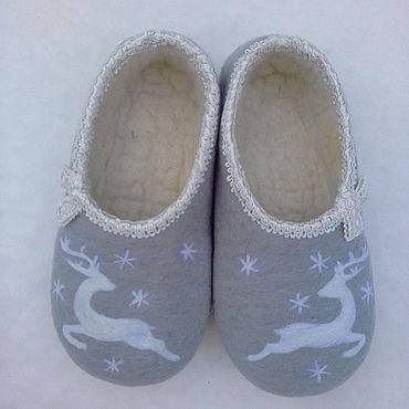 Обувь ручной работы. Ярмарка Мастеров - ручная работа Валяные тапочки серые с оленями. Handmade.