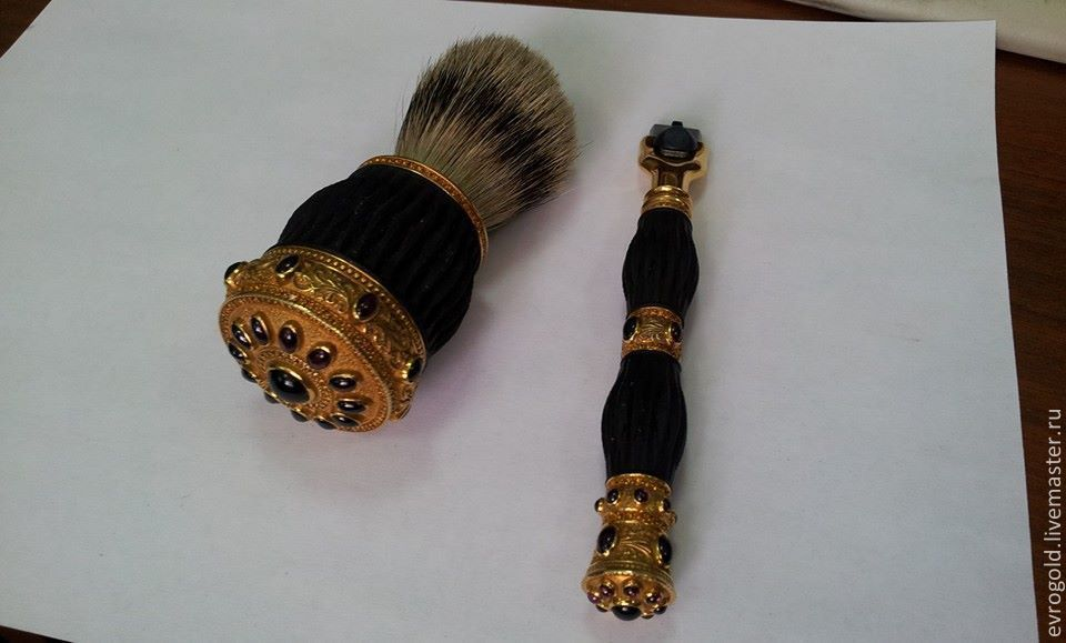 Gift a shaving kit (shaving brush and the machine) is made of gold 585-th sample with a combination of rubber.