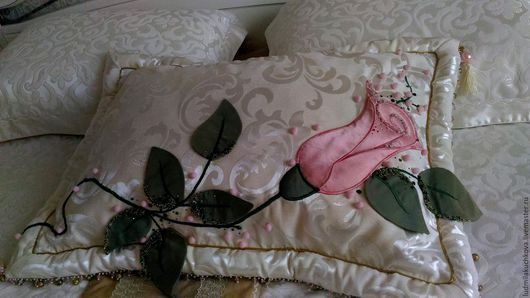 Декоративная наволочка вышитая аппликацией `Роза` Ручная работа.