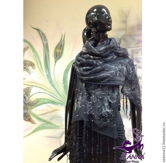 Дизайнер Анна Сердюкова (Дом Моды SEANNA).  Палантин `Жемчужный агат` валяный, вышитый жемчугом вручную. Цена - 9900 руб.