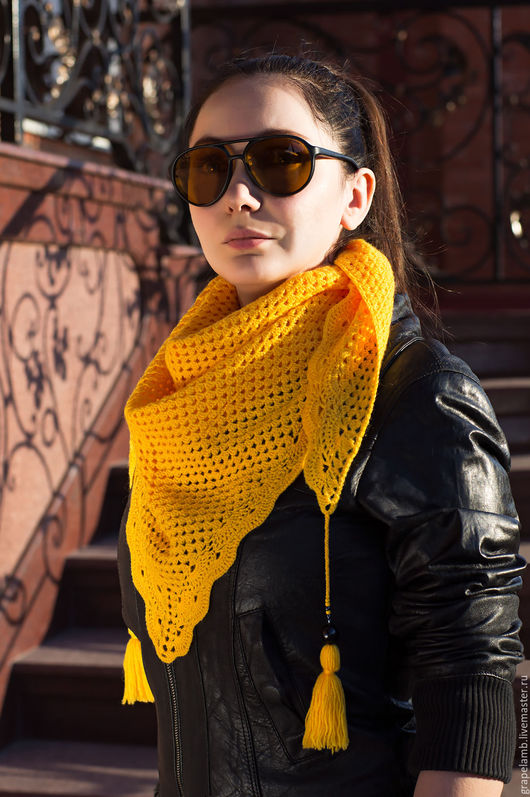 Тонкий, теплый и удобный шарф-бактус.  Цена 3000 рублей.