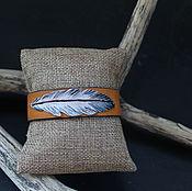 Браслет из бусин ручной работы. Ярмарка Мастеров - ручная работа Кожаный браслет, тиснение, Перо. Handmade.