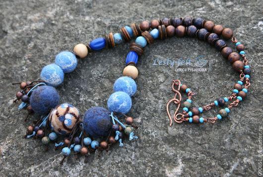 Длинные сине-коричнево-медно-голубые бусы из шерсти, деревянных бусин, меди, кокосовых дисков и жадеита создадут настроение прогулки по ягодному лесу. Рустик.