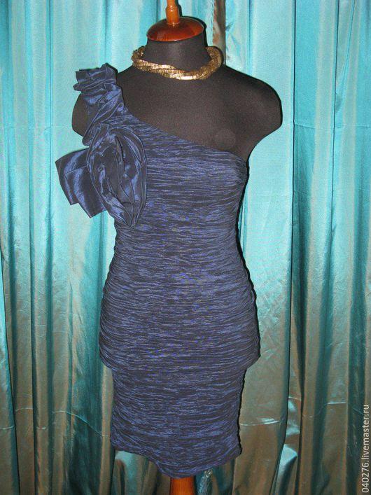 Платье- футляр `Королевский цветок`, Германия, размер 42, тафта, ткань тянущаяся в складку с переливом, бюст дополнительно уплотнен, потрясающе сидит по фигуре. Стильный ассиметричный крой.