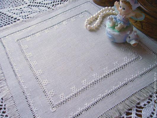 серый небелёный лён, натуральный лён, вышивка ручная, вышивка строчевая, мулине, мережки, славянский стиль, традиционный материал серый лён славянский стиль для чайного стола бахрома