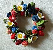 Работы для детей, ручной работы. Ярмарка Мастеров - ручная работа Резинка из вязаных ягод на пучок. Handmade.