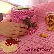 """Для дома и интерьера ручной работы. Ярмарка Мастеров - ручная работа Грелка на кружку, вязаный чехол, вишневый и розовый, """"Уютная зима"""". Handmade."""